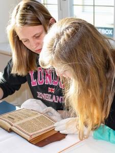 zwei Schülerinnen bei der Recherche
