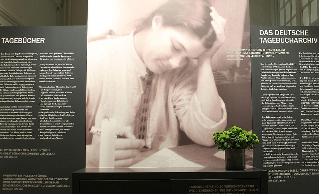 Das Bild einer Tagebuchschreiberin im Eingangsbereich des Museums