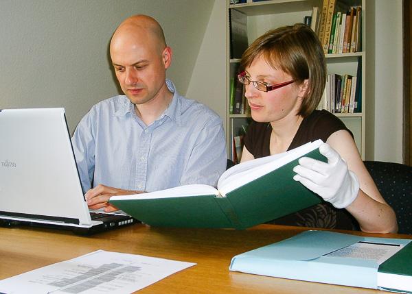 zwei Wissenschaftler bei der Arbeit