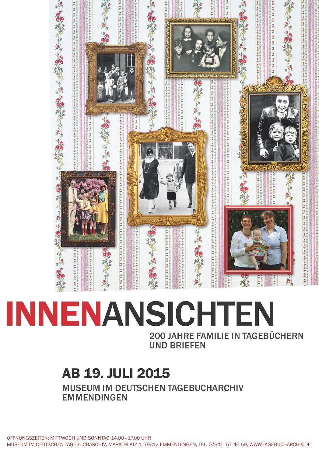 das Plakat zu der neuen Ausstellung zeigt Bilderrahmen mit Familienbildern auf einer Blümchentapete