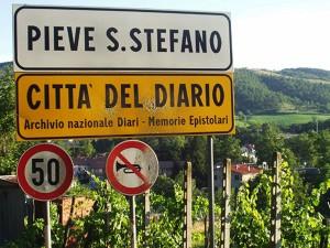 Straßenschild der italienischen Stadt Pieve San Stefano, Citta del Diario