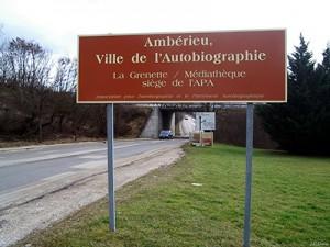 Straßenschild der französischen Stadt Amberieu, Ville de l'Autobiographie