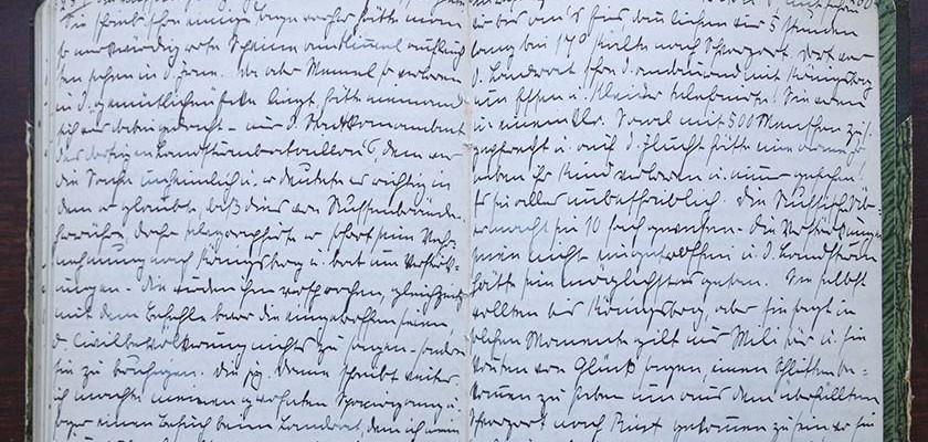 eine eng beschriebene Tagebuchseite mit schwer zu lesenden Schriftzeichen